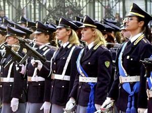 20040528 - POLIZIA: 13MILA LE DONNE, SARZANA COMMISSARIATO PIU' ROSA -DATI A PREMIAZIONE POLIZIOTTA CANDIDATA A PREMIO DONNE EUROPA-  Poliziotte schiarate per un picchetto d'onore.  Sono 13 mila le donne in Polizia, pari al 13% dell'organico che e' di oltre 100mila persone. E il commissariato piu' 'rosa' e' quello di Sarzana, in provincia di La Spezia (con il 55 per cento di donne), seguito dalle Questure di Prato e Savona con il 25%. ANSA / ARCHIVIO /JI