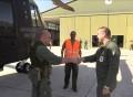 Il Comandate del 9 ° Stormo accoglie il pilota del 21° Gruppo appenna atterrato con l'HH101