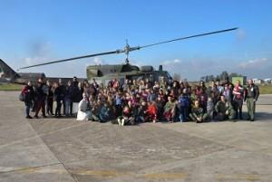 foto di gruppo davanti all'elicottero