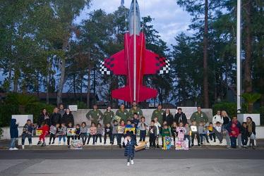foto di gruppo sul piazzale bandiera