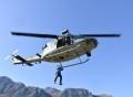 operatore del soccorso alpino durante la fase di recupero