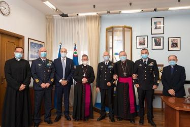 Foto di gruppo con le Autorità intervenute nell'Ufficio del Comandante.